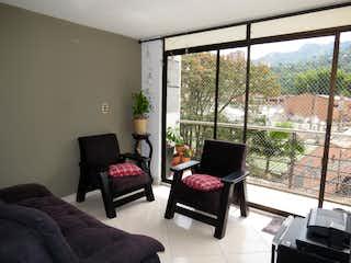 Una sala de estar llena de muebles y una ventana en Venta Apartamento Sabaneta - Sector Alcazares