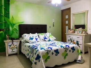 Una habitación de hotel con una cama y una cama en VENTA APARTAMENTO LAURELES NOGAL