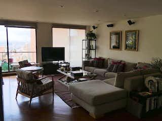 Una sala de estar llena de muebles y una televisión de pantalla plana en Apartamento en venta en San Fernando de 156 mtrs2
