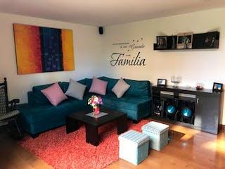Una sala de estar llena de muebles y una televisión de pantalla plana en Casa en venta Ubicada en Delmonte