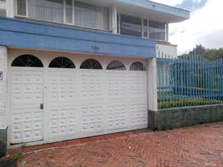 Una imagen de un edificio con una ventana grande en Casa En Arriendo/venta En Bogota Pasadena