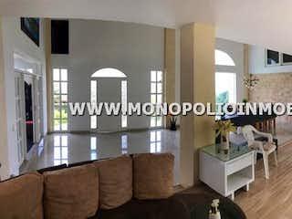 Una imagen de una sala de estar y un comedor en CASA FINCA EN VENTA - SECTOR GUARNE ANTIOQUIA - CON CINCO ALCOBAS