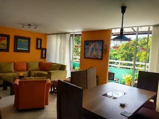 Una sala de estar llena de muebles y una ventana en Se Vende Apartamento Duplex en Nueva Villa de Aburra,  Medellín
