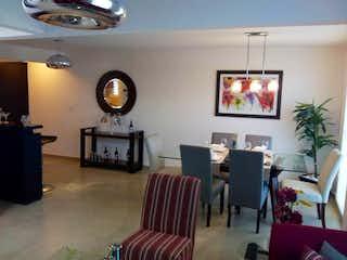 Una sala de estar llena de muebles y una televisión de pantalla plana en Colinas de San José II