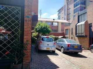 Un coche está estacionado delante de un edificio en Casa En Venta En Bogota Belmira-Usaquén