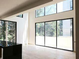 Una habitación muy bonita con una gran ventana en Vista al bosque