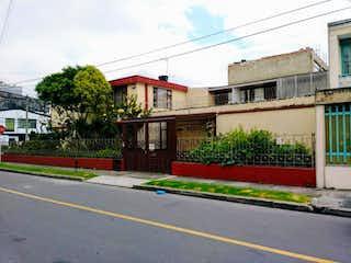 Una calle con un edificio y una señal de calle en Casa En Venta En Bogota Normandia