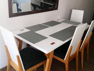 Una mesa blanca con un paño de mesa blanco y negro en Apartamento en venta en Siberia de 3 hab. con Gimnasio...