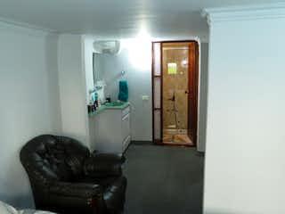 Una sala de estar con un sofá de cuero negro en Venta apartamento en Suba Los Naranjos