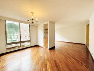 Una sala de estar con suelos de madera dura y un ventilador de techo en APARTAMENTO VENTA ROSALES REMODELAR, BOGOTA