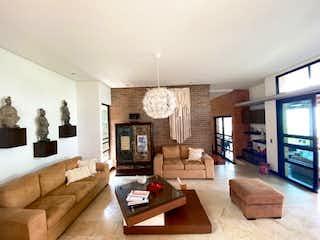 Una sala de estar llena de muebles y una televisión de pantalla plana en Casa en venta en Las Palmas de 1578mts