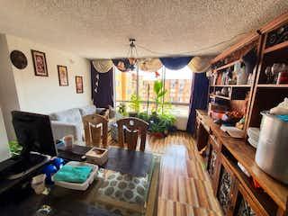 Una sala de estar llena de muebles y una mesa en Reserva del portal