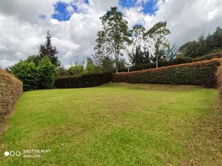 Una vista de un campo herboso con árboles en el fondo en Lote en venta en El Retiro de 622mts
