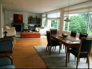 Una sala de estar llena de muebles y una mesa en CHIC Vendo Apto remod. 214 mts - Vr: 1500 millones