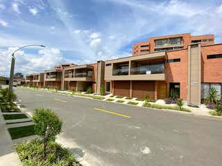 Un edificio que tiene un edificio en él en Casa en Venta RIONEGRO