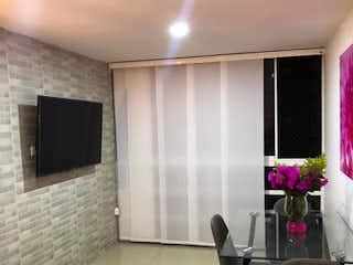 Una sala de estar llena de muebles y una televisión de pantalla plana en Apartamento en venta en Aves María, 51mt