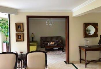Apartamento En Venta En Medellin El Poblado, cuenta con 3 parqueaderos y piscina climatizada.