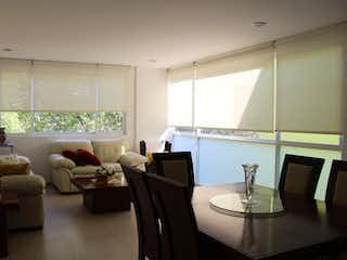 Una sala de estar llena de muebles y una ventana en Departamento de tres niveles en Venta Bosques de Tepepan