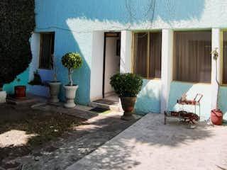Una habitación que tiene una mesa y sillas en VENDO CASA EN FRACCIONAMIENTO EN JARDINES DEL SUR, XOCHIMILCO