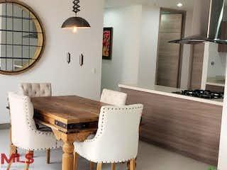 Una sala de estar llena de muebles y una lámpara de araña en Malawi