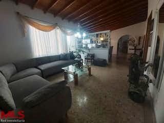 Una sala de estar llena de muebles y una gran ventana en Navarone