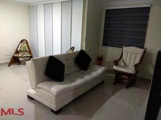 Una sala de estar llena de muebles y una ventana en Riogrande Apartamentos PH