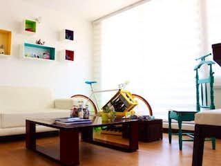 Una sala de estar llena de muebles y una mesa de madera en Apartamento en venta en Gran Granada con Bbq...