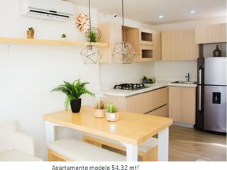 Una cocina con una mesa y sillas en ella en Tierra Linda Campestre