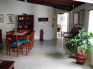 Una sala de estar llena de muebles y una planta en maceta en Apartamento Venta Medellin San Joaquin P.4 C. 3443210