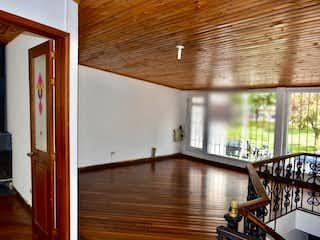 Una sala de estar llena de muebles y una ventana en Casa en venta Ubicado en Calle 100