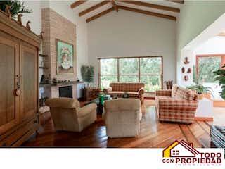Una sala de estar llena de muebles y una ventana en EL ESPIGAL 2