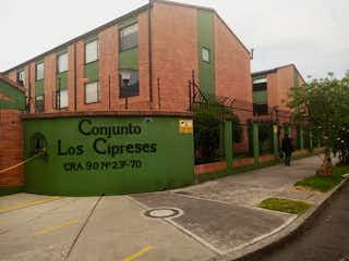 Una señal en el lado de un edificio en Casa En Venta En Bogota Modelia