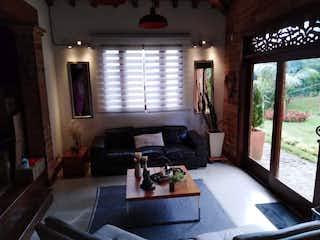 Una sala de estar llena de muebles y una ventana en Casa campestre en venta en Loma del Escobero, 1000mt