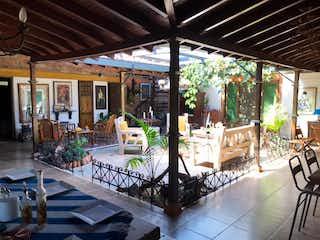Un gran edificio con un montón de sillas en Finca En Rionegro Rionegro, Casa en venta en Centro, 300m² con Bbq...
