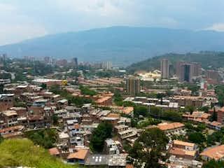 Una vista de una ciudad con una ciudad en el fondo en Apartamento Calasanz