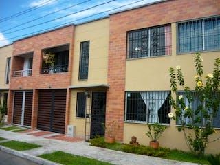 Un gran edificio de ladrillo con una gran ventana en Venta De Casa En Rionegro