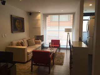 Una sala de estar llena de muebles y una ventana en Apartamento En Venta En Bogota Santa Barbara Occidental