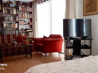 Una sala de estar llena de muebles y una televisión de pantalla plana en VENDO APTO EN BELLA SUIZA