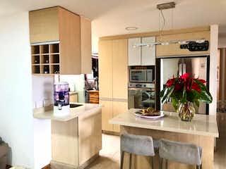 Una cocina con una planta en maceta en el mostrador en SE VENDE HERMOSO Y AMPLIO APARTAMENTO EN EL POBLADO