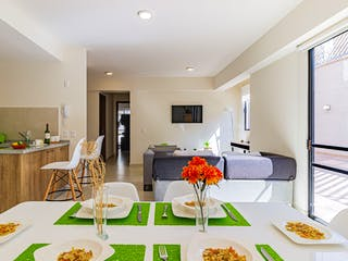 Una sala de estar llena de muebles y una lámpara de araña en Cima San Isidro