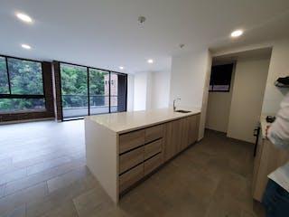 Una gran cocina blanca con un gran ventanal en Apartamento en Venta POBLADO