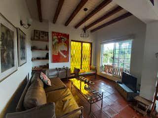 Una sala de estar llena de muebles y una ventana en Finca en Venta EL RETIRO