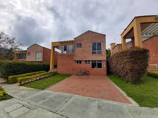 Un edificio de ladrillo con un gran edificio de piedra en Casa en Venta EL RETIRO