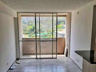 Un cuarto de baño con una bañera y una cortina de ducha en Apartamento en venta en Niquía, 62mt con balcon