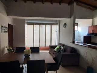 Una sala de estar llena de muebles y una televisión de pantalla plana en Apartamento en venta en Aves María, 70mt con balcon