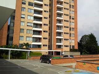 Un edificio alto sentado al lado de una calle en Apartamento en venta en La Cuenca de 3 alcoba