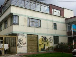 Un edificio con un reloj en el costado en Casa En Bogota Santa Isabel Occidental con tres niveles