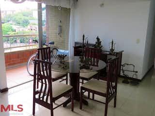 Una habitación llena de un montón de muebles de madera en Veleros Del Este