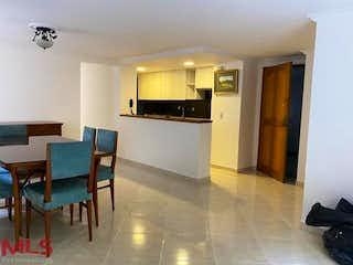 Una sala de estar llena de muebles y un refrigerador en San Jorge