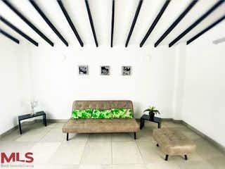 Un banco de madera sentado delante de una pared blanca en Villas de Petran